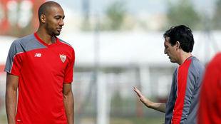 Emery y N'Zonzi hablan en un entrenamiento en el Sevilla.