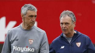 Antonio Álvarez, junto a Joaquín Caparros en un entrenamiento.