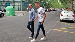 Alex Centelles abandona las oficinas del Valencia tras cerrar su...