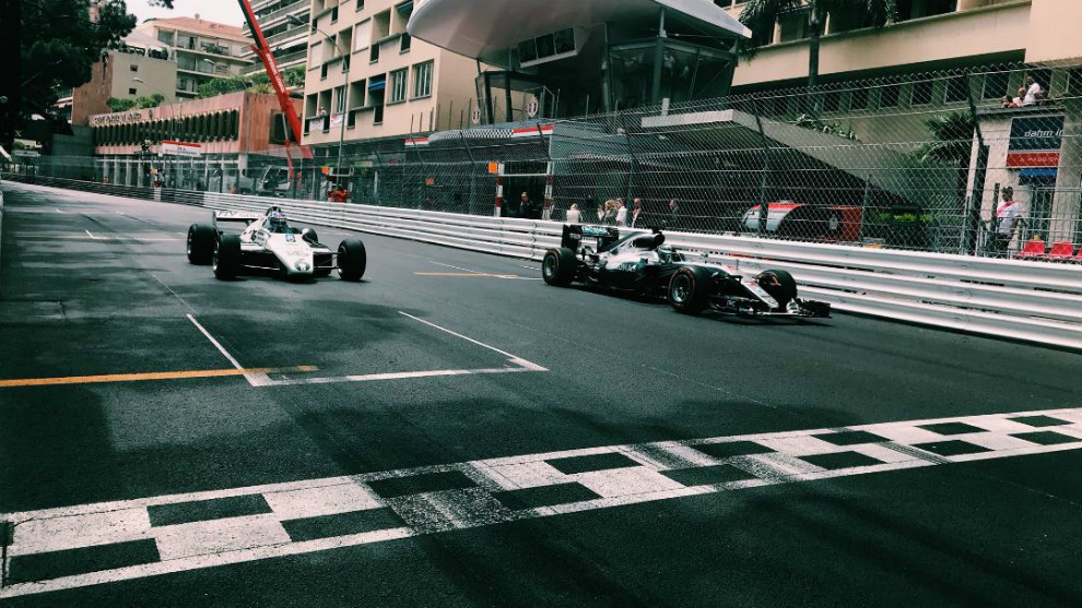 Nico Rosberg con el Mercedes W07, delante de su padre, Keke Rosberg,...