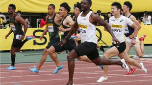 Justin Gatlin, en primer plano, durante una carrera en Osaka