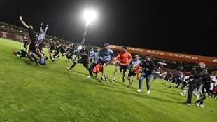 Los jugadores del Huesca celebran el ascenso en el Anxo Carro el...