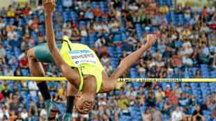 El qatarí Barshim salta durante una reunión de la Golden Gala en...