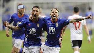 Aarón Ñíguez celebra con David Rocha el primer gol a la Cultural en...