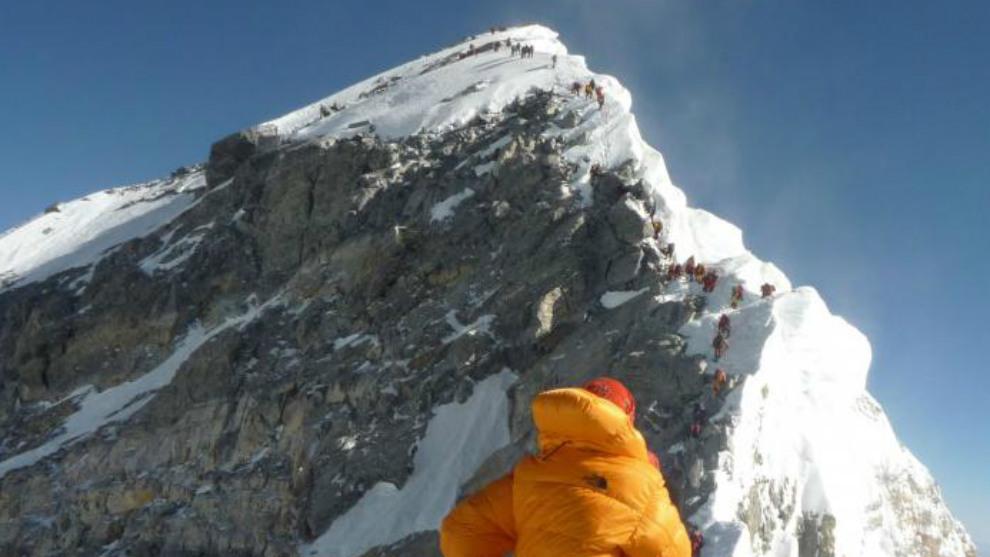 Un montañero ante la cima del Everest