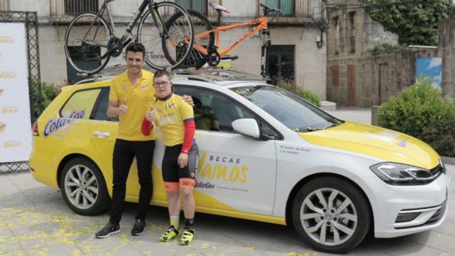 Javier Gómez Noya y Borja Gómez, junto al coche que forma parte de...