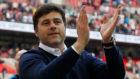 Pochettino saluda a la afición del Tottenham.
