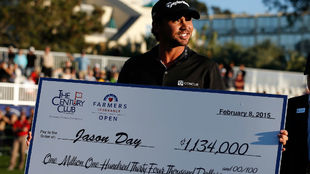 Jason Day, con el cheque de ganador del Farmers Insurance Open.