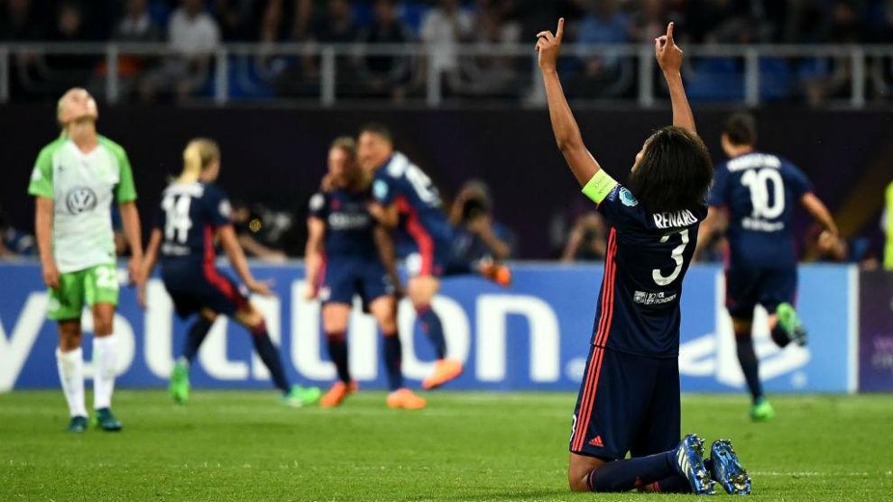 Wendie Renard alza los brazos al cielo tras un gol del Olympique...