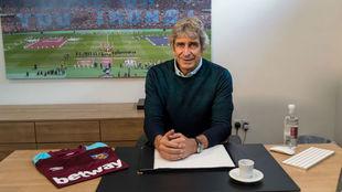 Pellegrini posa en su nuevo despacho como DT del West Ham