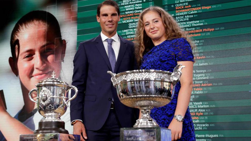 Nadal y Ostapenko, con los trofeos
