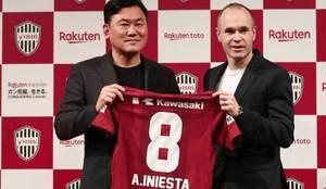 Iniesta posa con su nueva camiseta junto al propietario del Vissel...