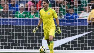Jesús Corona durante un partido de la selección mexicana.