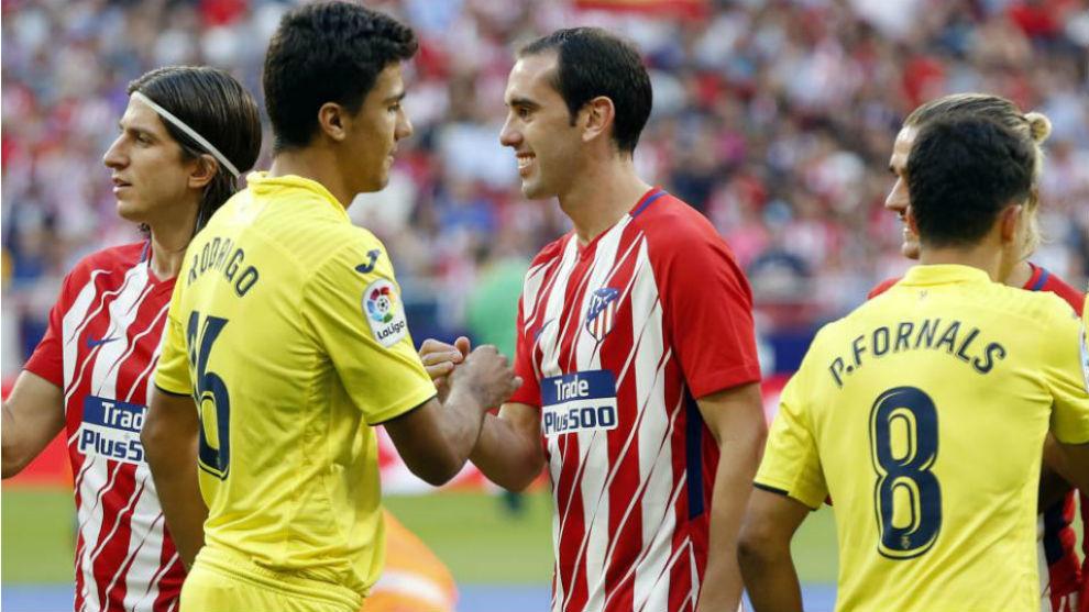 Rodri y Godín se saludan antes del Atlético-Villarreal disputado...