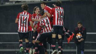 Los jugadores de Estudiantes celebra el último gol.
