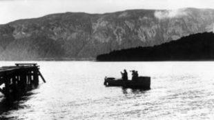 Fotógrafos en barca atraviesan el lago Ness