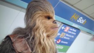 Chewbacca espera el metro en la estación de Sol de Madrid