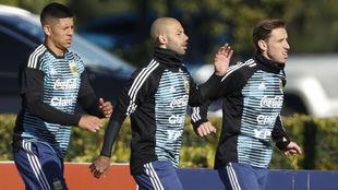 Marcos Rojo, Mascherano y Biglia en el entrenamiento de ayer.