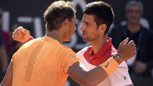 Saludo de Nadal y Djokovic durante un partido en Roma