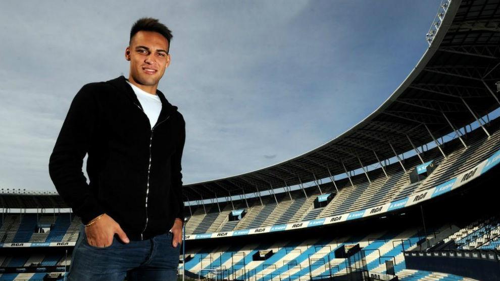 Lautaro Martínez posa en el estadio de Racing.