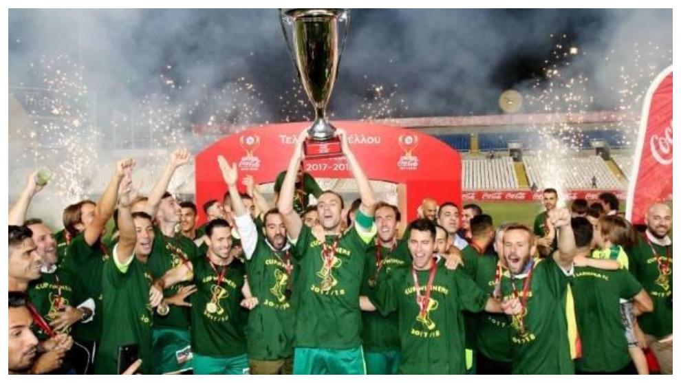 Los jugadores del AEK Larnaka celebran el título de Copa logrado en...