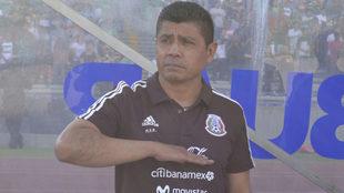 Marcon Antonio Ruiz, saluda a la bandera mexicana