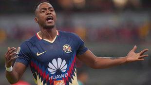 Renato Ibarra celebra un tanto con el América