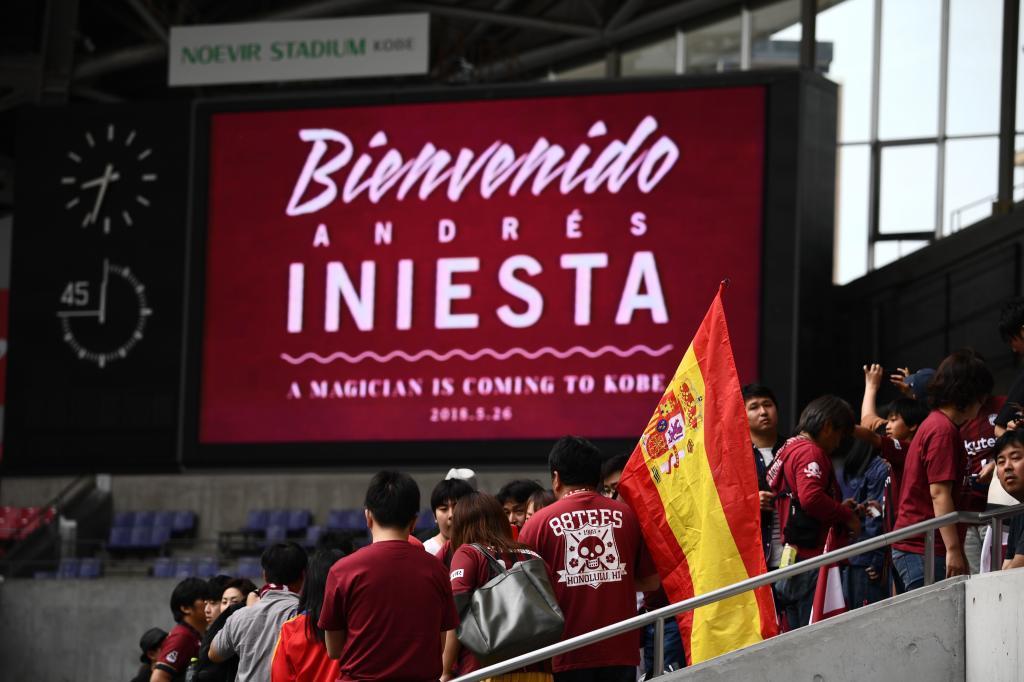 Andrés Iniesta es recibido por 4 mil seguidores en Kobe