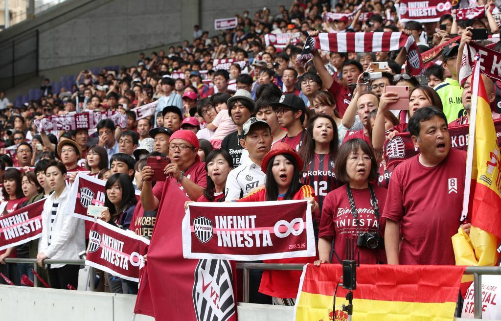 Iniesta y Mikitani citan a la afición de Kobe