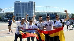 Un grupo de aficionados blancos posa con el Olímpico de Kiev