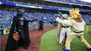 Varios personajes de Star Wars, durante un partido de la MLB en su...