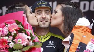 Nieve celebrando en el podio su triunfo de etapa.