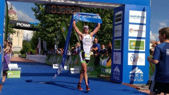 Gustavo Rodríguez cruza la meta como ganador de la prueba