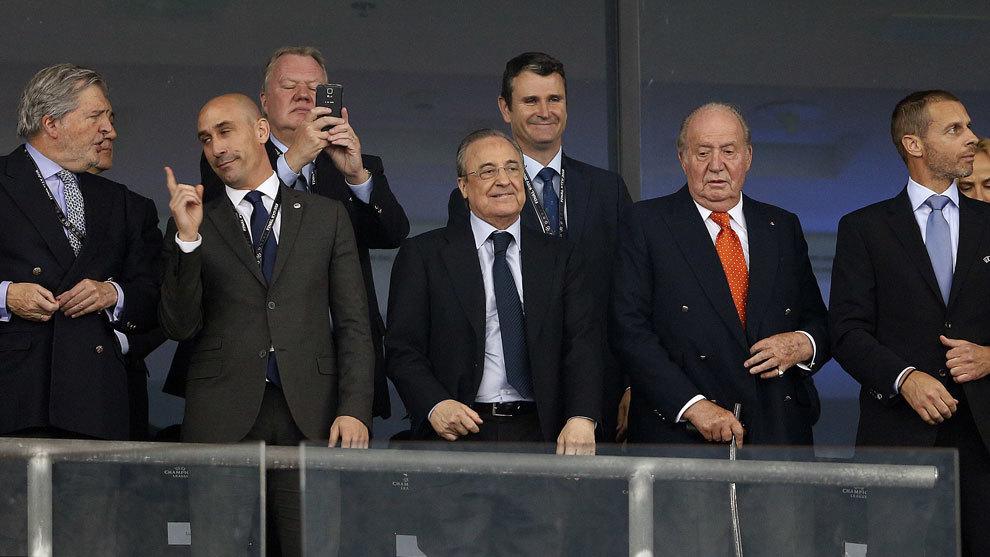 Florentino Pérez en el palco junto a Luis Rubiales y el Rey emérito...