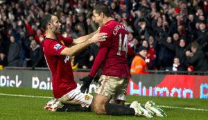 Ryan Giggas celebra un gol con Chicharito en el Manchester United