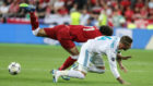 Salah junto a Ramos en el momento de la lesión