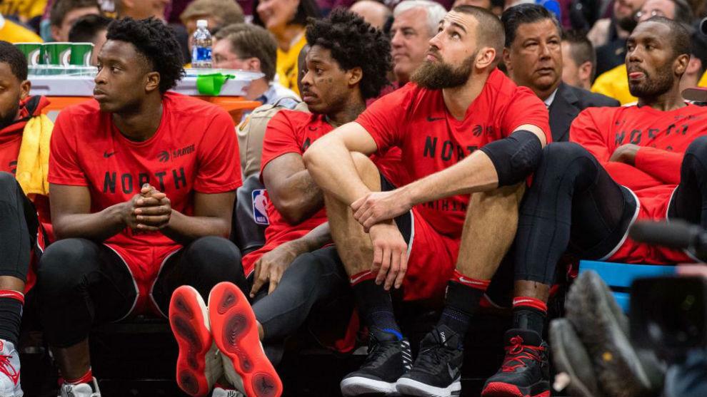 Los jugadores de los Toronto Raptors en el banquillo con cara de...