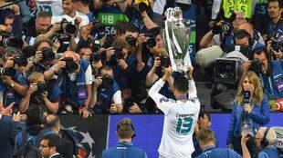 Cristiano Ronaldo muestra a la grada la Champions.