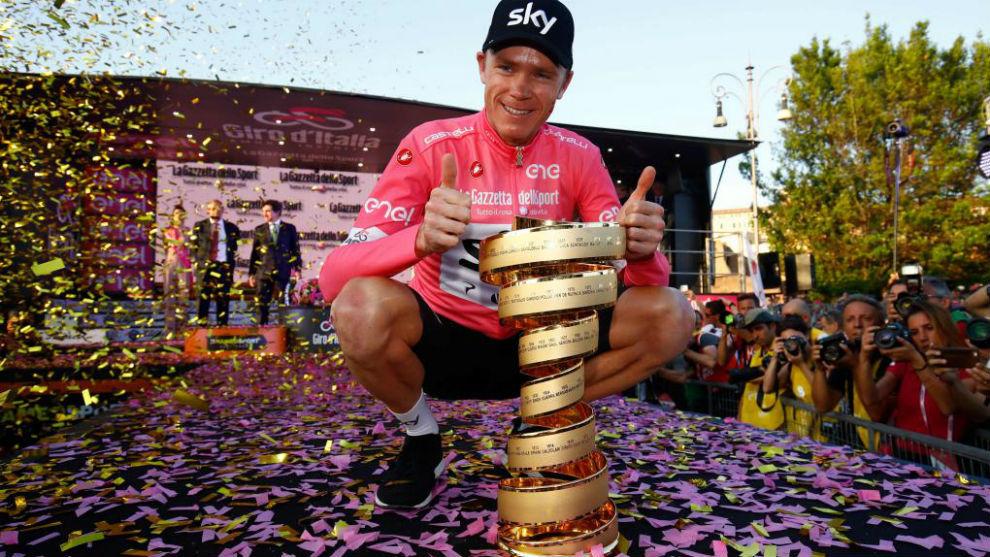 Froome posando con el trofeo como campeón del Giro.