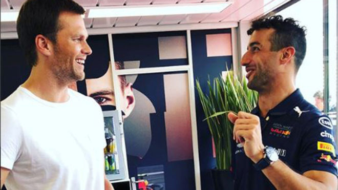Tom Brady lanza un pase de un yate a otro a Ricciardo.