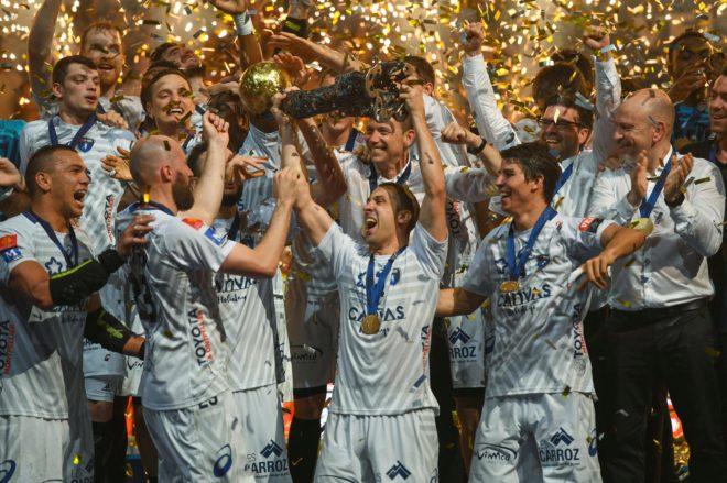 El capitán del Montpellier Michael Guigou levanta el trofeo de la...