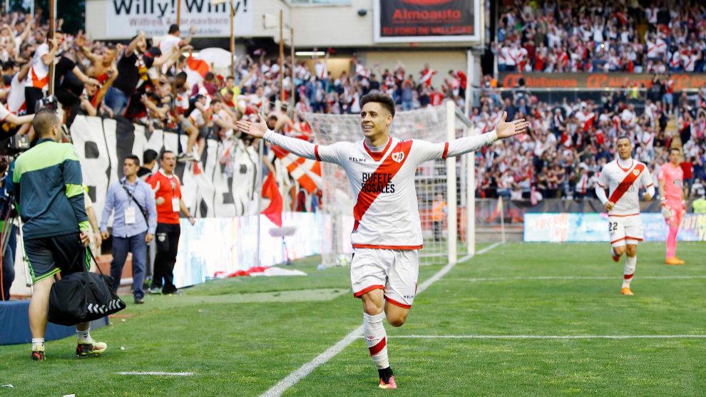 Álex Moreno celebra el gol al Lugo en Vallecas que vale un ascenso