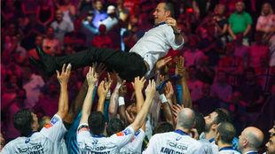 El entrenador del Montpellier, manteado por sus jugadores tras...