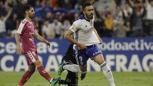 Borja Iglesias celebra su primer gol en La Romareda ante el Valladolid