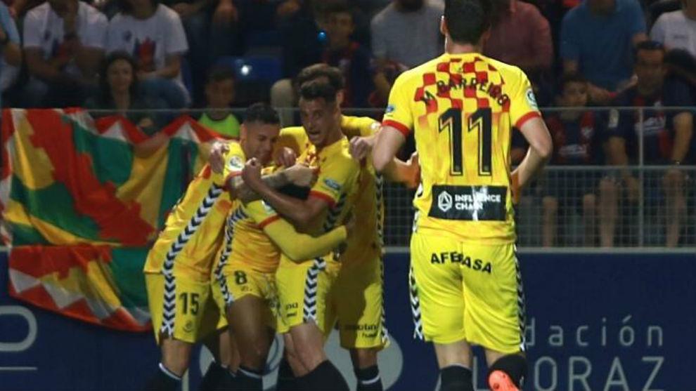 Uche celebra con sus compañeros el gol del triunfo en Huesca