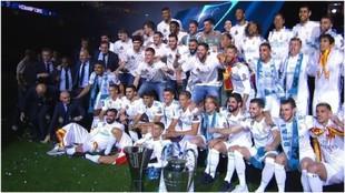 Las plantillas de fútbol y baloncesto del Real Madrid en la fiesta...