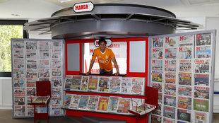 Óliver Torres posa para MARCA durante su visita a la redacción.