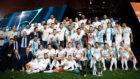 Los campeones de Europa de fútbol y baloncesto posan con los...