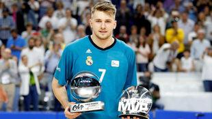 Luka Doncic posa con sus trofeos de MVP antes del 'playoff'...