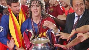 Puyol levanta la Champions de 2009 en Roma.